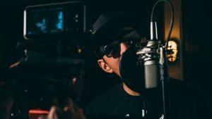 man 1845432 640 300x169 - איך להקליט שיר באולפן הקלטות?