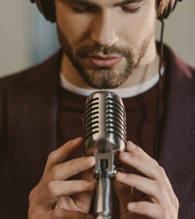Depositphotos 178892224 m 2015 667x750 - איכות ההקלטה: האם יש הבדל בין מיקרופון באולפן למיקרופון בטלפון?