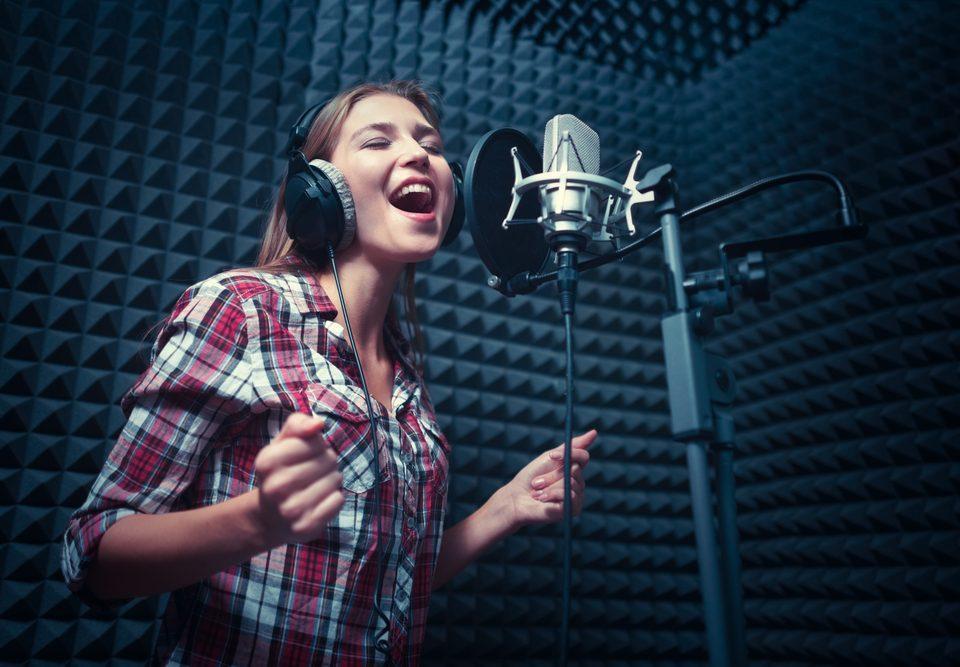 shutterstock 587014199 960x667 - 7 דברים שאסור לעשות לפני הקלטה באולפן