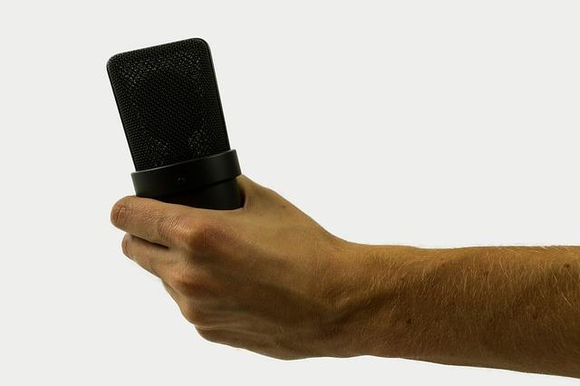 microphone 2777853 640 - הכנת שיר מתנה לסבתא באולפן הקלטות