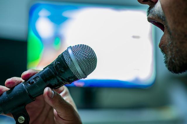 microphone 4547638 640 - איכות ההקלטה: האם יש הבדל בין מיקרופון באולפן למיקרופון בטלפון?