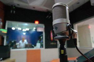 microphone 1562354 640 1 300x200 - איך בונים אולפן הקלטות ביתי באופן עצמאי? המדריך השלם!