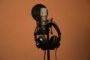 מיקרופון מקצועי באולפן הקלטות
