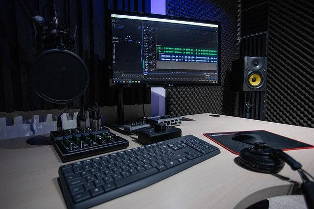 studio 4065105 640 1 - איכות ההקלטה: האם יש הבדל בין מיקרופון באולפן למיקרופון בטלפון?