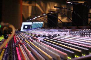 soundboard 785798 640 1 300x200 - איך לבחור כרטיס קול לאולפן? טיפים לבחירת כרטיס קול!
