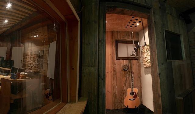 guitar 2003253 640 1 - טיפים איך לעצב אולפן הקלטות ולשמור על אקוסטיקה מושלמת